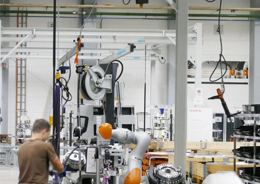 Collaboration humain-robot dans l'assemblage final des robots KUKA