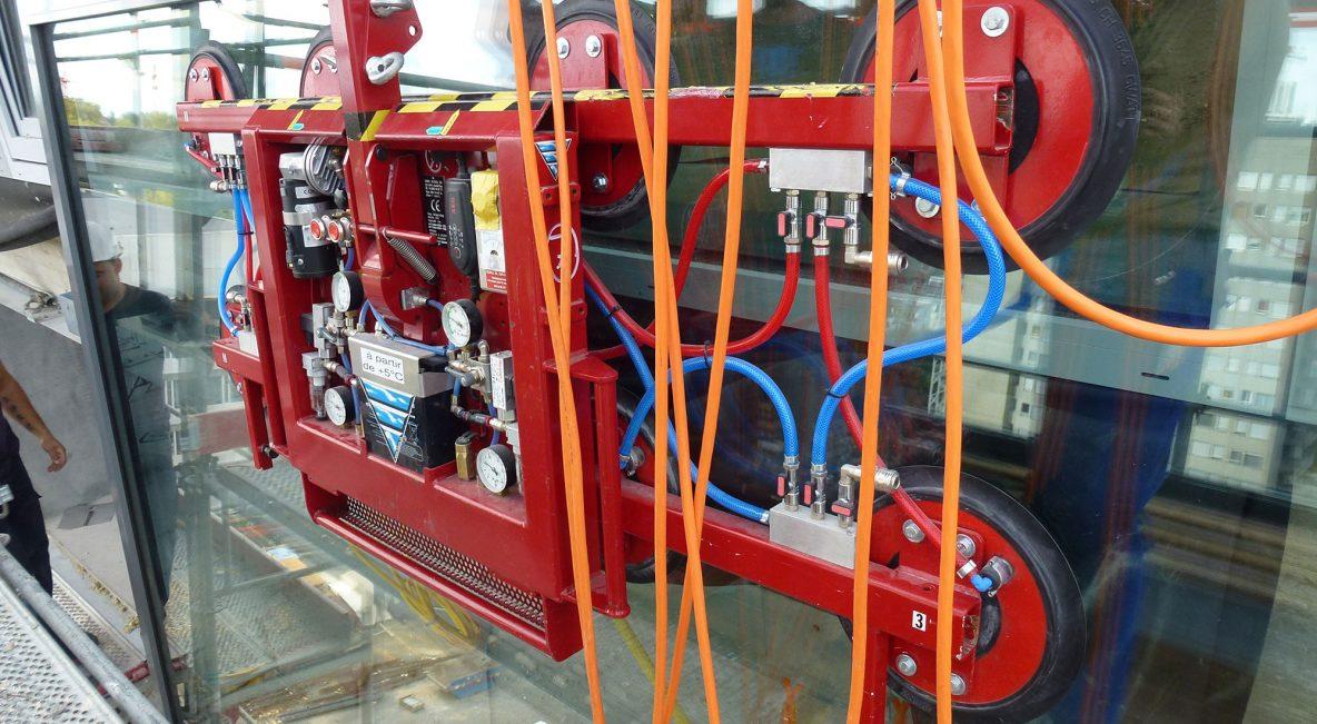 Vacuum lifter for facade installation